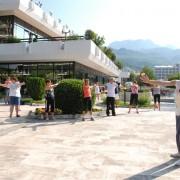 Morgentrim i gruppe ute i Igalo