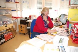 Marianne Svendsen snakker med alle de som ringer inn til seksjonen for Behandlingsreiser til utlandet. Foto: Trine Dahl-Johansen