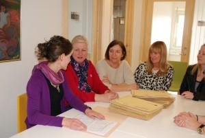 Alle søknadene diskuteres av medarbeiderne ved Seksjon for behandlingsreiser til utlandet på Rikshospitalet. Foto: Trine Dahl-Johansen