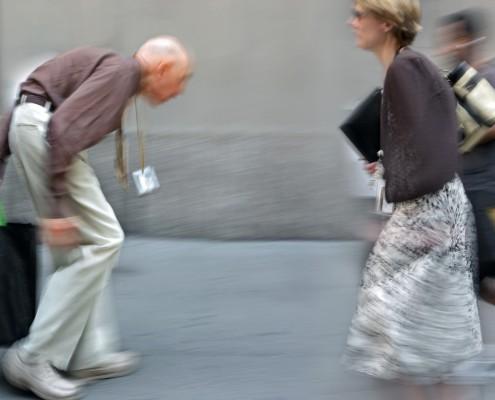 Svært krumbøyd mann i gatebildet