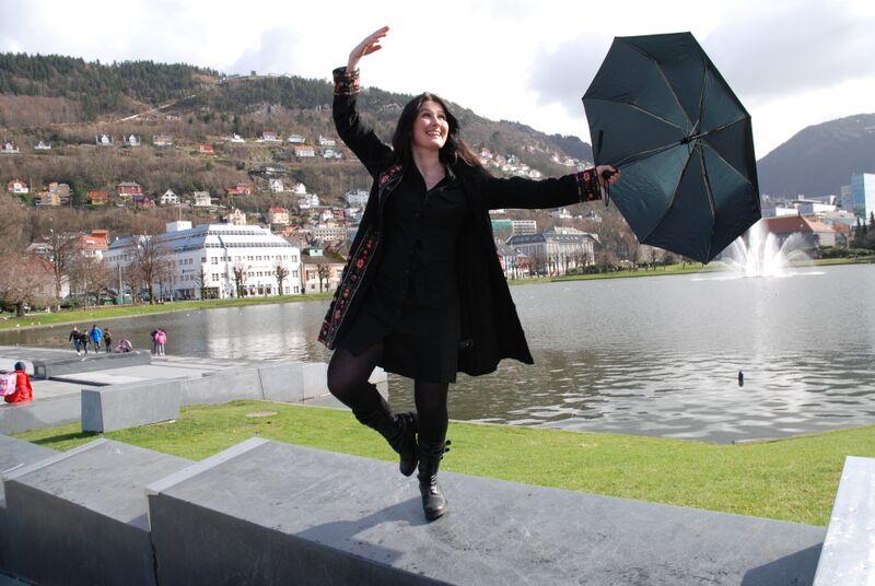 Lill Due gjør ballettposisjon med paraply
