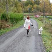 Solfrid Lian Paasche på tur med hund
