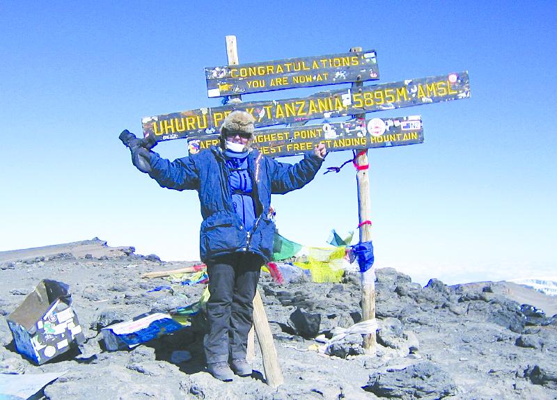 Randi Danielsen på toppen av Kilimanjaro