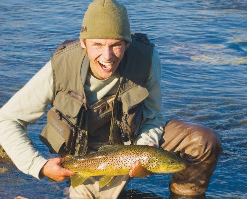 Førsteside Bekhterever'n 2-15 med mann med stor fisk i hendene