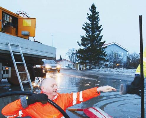 Bekhterever'n 3-14 førsteside med mann i orange arbeidstøy med vann under armene
