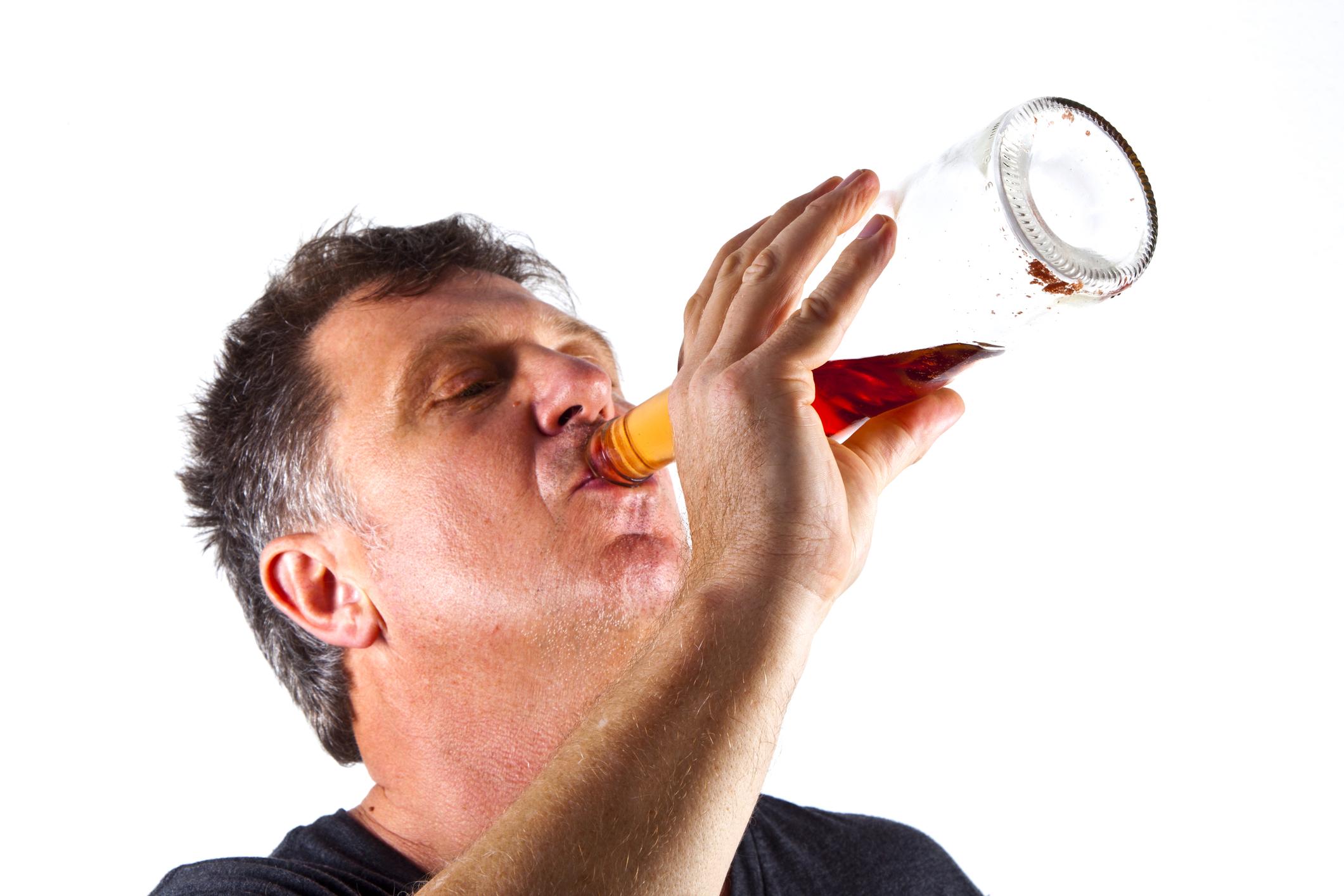 Mann drikker rett fra flaska