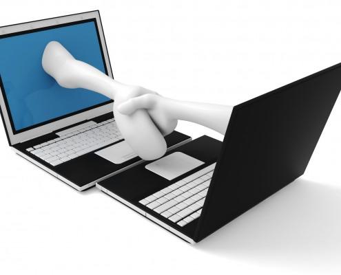 To datamaskiner som hilser på hverandre med utstrakt hånd fra skjermene