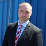 Robert Eriksson foran en blå container