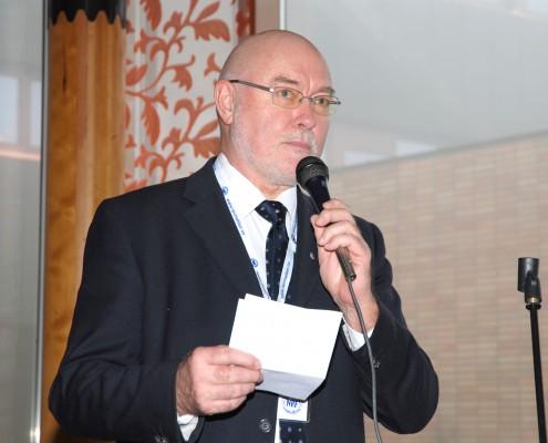 Bilde av Svein Dåvøy som prater i mikrofon