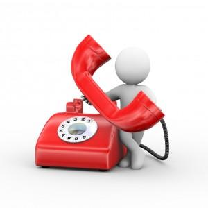 Figur med stor rød telefon