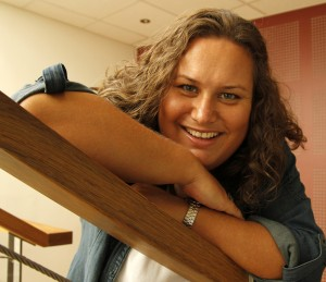 Bilde av Trine Dahl-Johansen smilende i en trapp