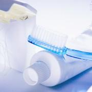 Tanntråd, tannbørste og tannpastatube