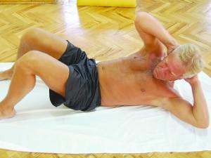 La aldri beina være festet ved trening av magemusklene! Det bidrar til å styrke hoftebøyerne, noe som absolutt bør unngås dersom man har aksial spondyloartritt (Bekhterevs sykdom). Foto: Gunnar Ødegaard