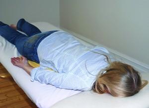 Når pasientene ligger på benken vil Anne berøre og bevege dem. Foto: Trine Dahl-Johansen