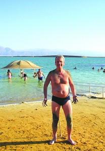 Artikkelforfatteren, Nils Einar Helland, har smurt seg inn med leire og er klar for et bad i Saltsjøen. Alle foto privat
