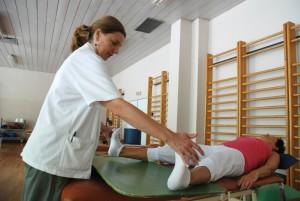 – Sakte og elegant, Oddbjørg, sa fysioterapeuten Svetlana om hvordan Oddbjørg skulle gjøre øvelsene. Foto: Trine Dahl-Johansen