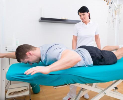 Mann som gjør øvelser med fysioterapeut