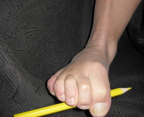 Tær som plukker opp en blyant