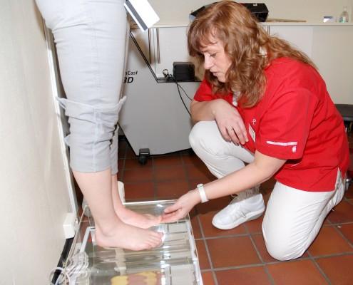 Fotteraput som analyserer føtter på en maskin