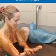 Forsiden av medlemsbladet Spondylitten med bilde av en dame som sitter i et badekar med råolje.