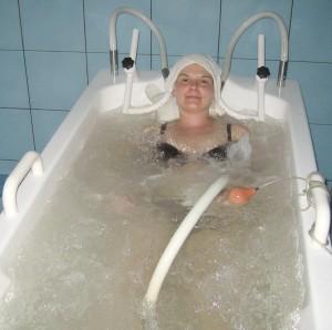 Dame i badekar med undervannsmassasje
