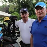 Bilde av brødrene Bjørn og Inge Wirkola med golfbag, golbil og golfkøller