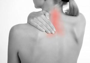 Ryggen på dame med rødt smertefelt markert i nakken