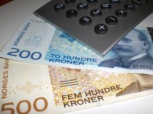 Norske pengesedler og en kalkulator