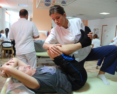 Fysioterapeuten tøyer bena til Tove