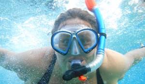 Trine under vann med dykkermaske og snorkel