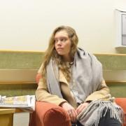 Karoline Brevik sitter og venter i en sykehuskorridor