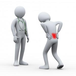 Figur med smerter i korsryggen som går mot en figurlege