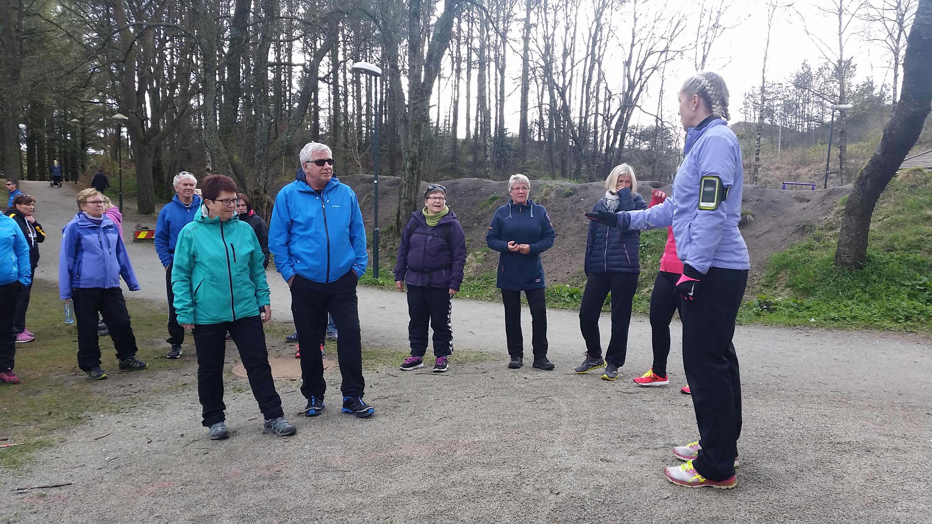 Instruktør informerer en gruppe turkledde mnnesker