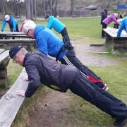 Turkledde mennesker gjør pushups mot et utebord