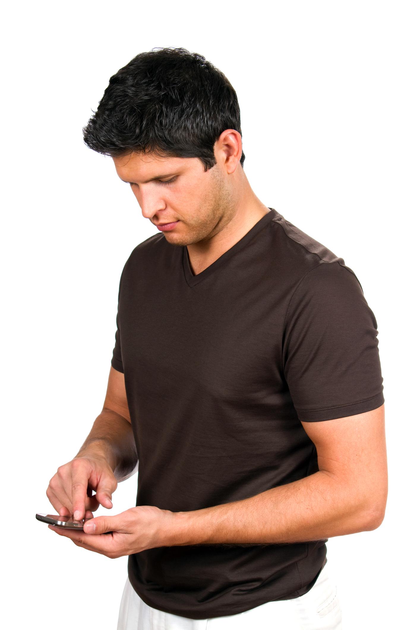 Mann som bøyer hodet og taster på mobilen
