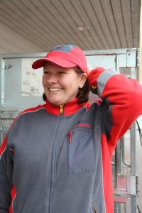 Bilde av en blid Everlyn i postbud uniform