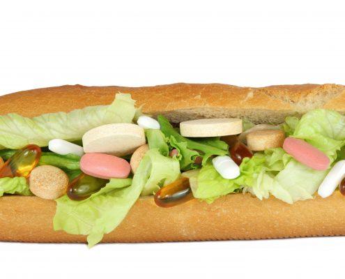 Baguett med salat og masse vitaminpiller og -kapsler