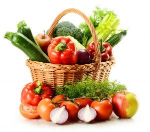 Stor kurv med masse fargerike grønnsaker