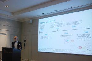 Mann holder foredrag foran stort lysbilde