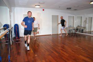 Mann som løper i en treningssal