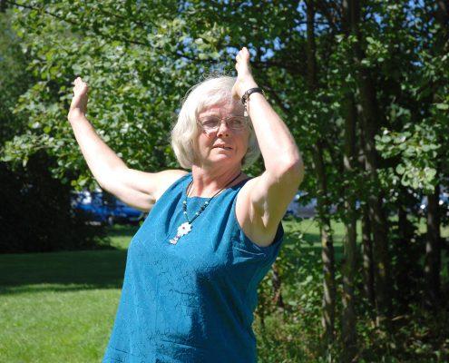 Dame gjør Qi gong-øvelser