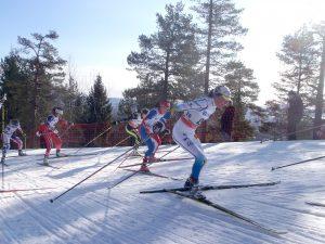 Flere kvinnelige skiløpere i innspurt i Holmenkollen