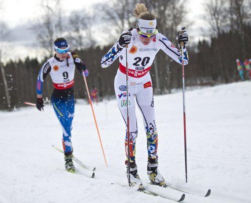 To kvinnelige skiløpere i skiløype