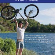 Mann som løfter en sykkel i været