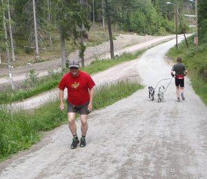 Mann som løper i bakke