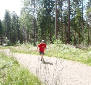 Man som trener intervaller i skogen