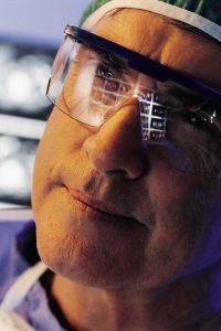 Radiolog med gjenskinn av røntgen i brillene