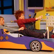 Karlsson på taket og Lillebror kjører racerbil på teaterscenen