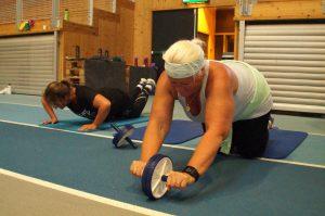 To damer trener på gulvet med hjul