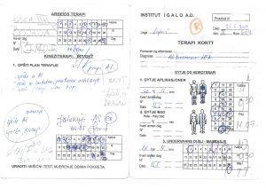 Behandlingskort med masse håndskrevne beskjeder, tide rog piler